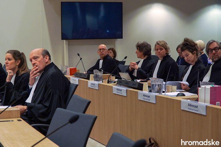 Адвокати родичів загиблих у катастрофі літака рейсу MH17 очікують на відкриття першого слухання у справі в судовому комплексі Схіпхол, Нідерланди, 9 березня 2020 року