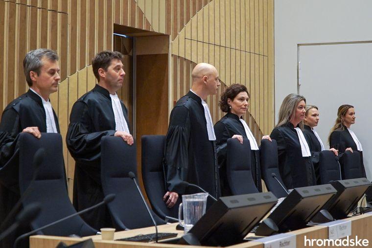 Судді окружного суду Гааги зібрались на перше слухання у справі про збиття боїнга рейсу МН17 в судовому комплексі Схіпхол, Нідерланди, 9 березня 2020 року. Третій ліворуч — головуючий суддя Хендрік Стейнхаюс