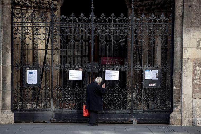 Чоловік біля входу у зачинений на карантин собор Святого Стефана у Відні, Австрія, 16 березня 2020 року