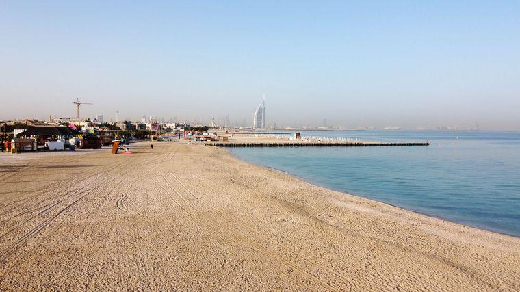 Порожній пляж, закритий для відвідувачів, в Дубаї, Об'єднані Арабські Емірати, 17 березня 2020 року. На тлі пандемії коронавірусу в країні закрили основні туристичні та культурні місця, включаючи парки та пляжі до 30 березня 2020 року, також призупинили видачу віз іноземцям