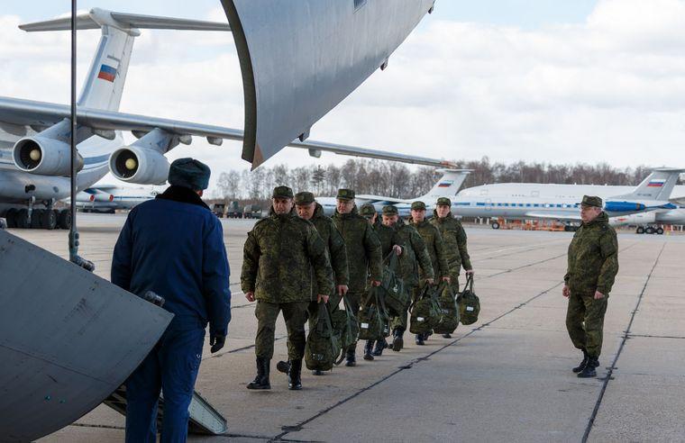 Російські військові прямують на борт літака ІЛ-76, який відлітає в Італію з військового летовища «Чкаловський» у Московській області, Росія, 22 березня 2020 року
