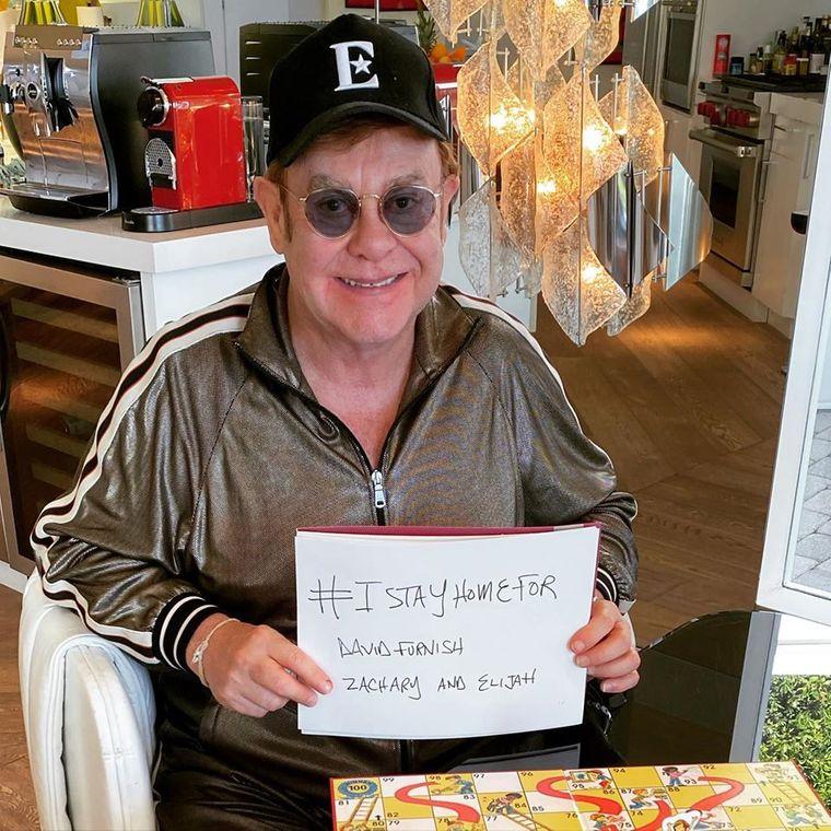 Співак і композитор Елтон Джон закликає залишатися вдома під час карантину