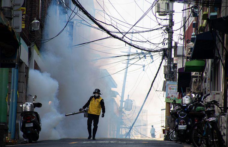 Дезинфекция улиц для предотвращения распространения коронавируса в Сеуле, Южная Корея, 18 марта 2020