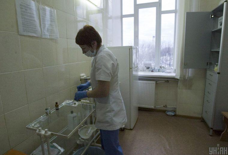 Лікарка у клініці Інституту епідеміології та інфекційних хвороб, у якій лікують хворих на ВІЛ/СНІД та гепатити, Київ, архівне фото
