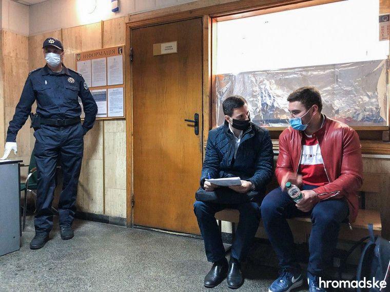 Студент Київського національного економічного університету Валентин Бур'янов (праворуч) з адвокатом у будівлі суду, Київ, 7 квітня 2020 року