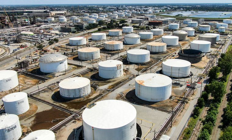Резервуари для зберігання нафти на нафтопереробному заводі BP у місті Вайтінг, штат Індіана, США, 29 серпня 2019 року. Потужності заводу розраховані на переробку 400 000 барелів сирої нафти на день, це шостий найбільший нафтопереробний завод у США