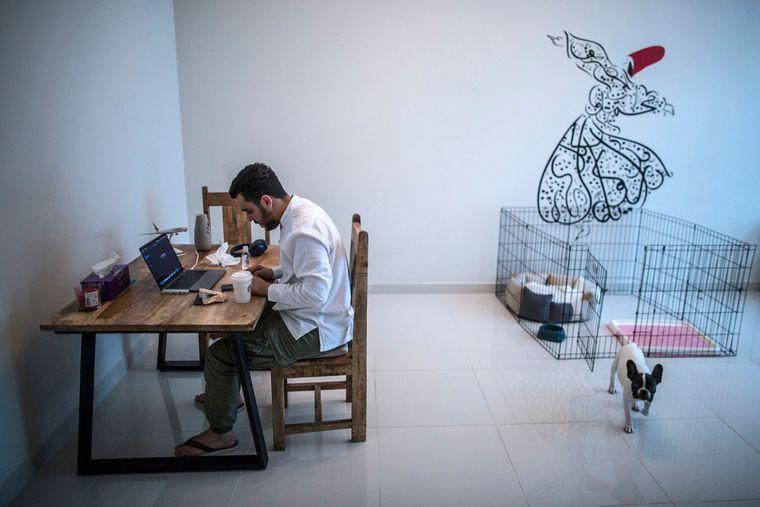 Діджитал-маркетолог Мохамед Надер працює віддалено із свого дому в Шарджі, Об'єднані Арабські Емірати, 24 березня 2020 року. Багато компаній у світі відправили своїх робітників на віддалену роботу через пандемію коронавіруса і карантини у країнах
