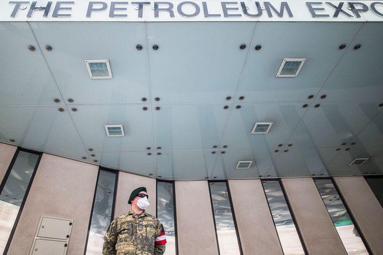 Военный Вооруженных сил Австрии патрулирует возле штаб-квартиры Организации стран-экспортеров нефти (ОПЕК) в то время, как министры стран-членов ОПЕК встретились для обсуждения кризисной ситуации в нефтяном бизнесе на фоне пандемии коронавируса в мире, Вена, Австрия, 9 апреля 2020 года
