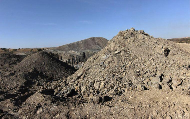 Отвалы породы при одной из заброшенных шахт на незаконной копанке в Донецкой области, 19 сентября 2015