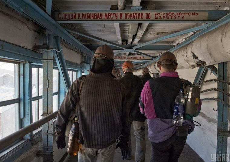 Шахтеры выходят после смены на шахте в Луганской области, 31 января 2017