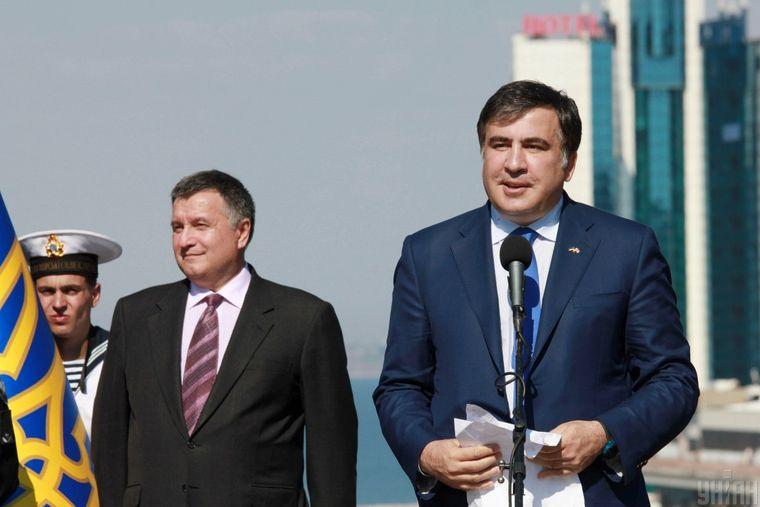 Міністр внутрішніх справ України Арсен Аваков (ліворуч) та ексголова Одеської ОДА Міхеіл Саакашвілі під час урочистої церемонії складання присяги працівниками нової патрульної поліції Одеси, 25 серпня 2015 року