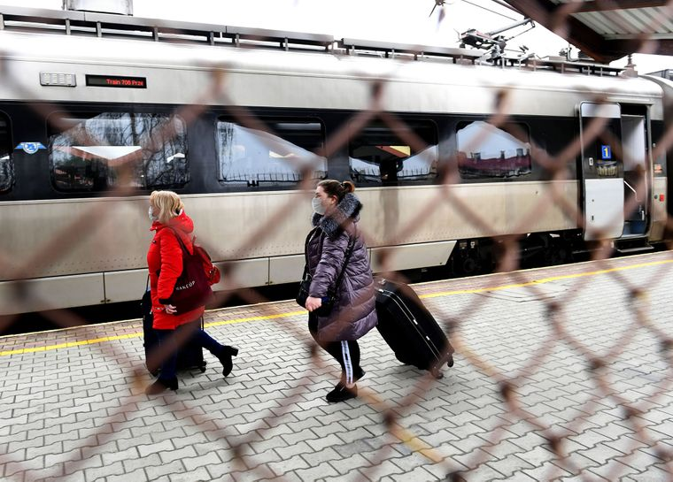 Українці евакуюються спецпоїздами з Перемишля після закриття державних кородонів у зв'язку із пандемією коронавірусу, Польща, 20 березня 2020 року