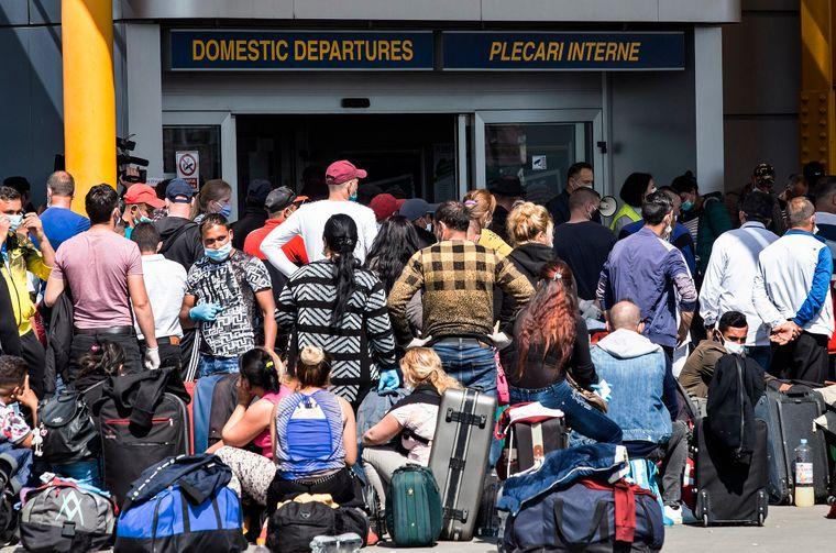 Румунські громадяни очікують на спеціальний чартерний рейс в Німеччину з аеропорту Аврама Янчу у місті Клуж-Напока на північному заході від Бухареста, Румунія, 10 квітня 2020 року. Уряд Німеччини дозволив в'їзд у країну сезонним працівникам через нестачу робочої сили для збирання врожаю, зокрема спаржі та полуниці