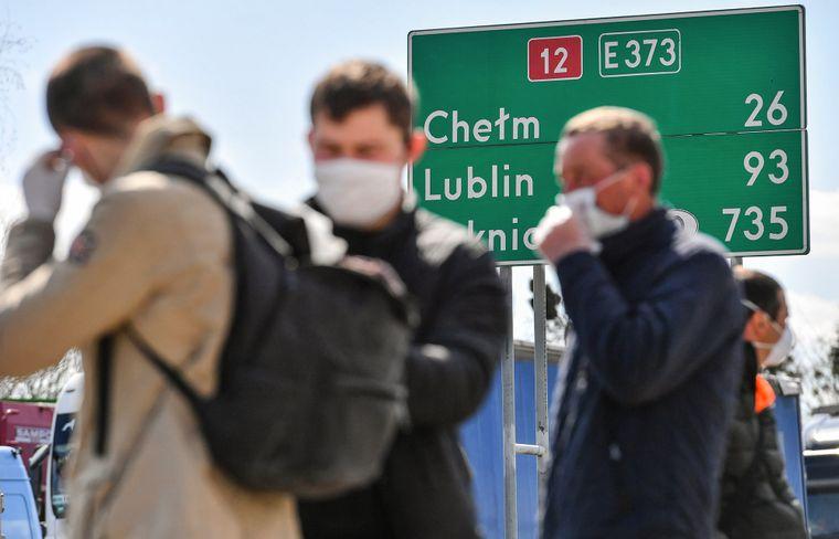 Заробітчани під замком: чому влада не хоче випускати трудових мігрантів з  України і до чого це може призвести   Громадське телебачення