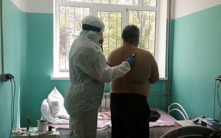 Ольга оглядає хворого в його лікарняній палаті