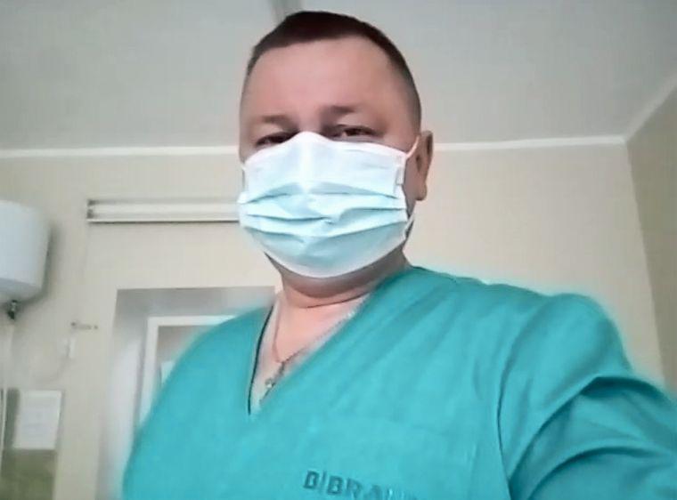Лікар-анестезіолог Олександр Бундюк під час робочої зміни у складі «робочої медичної групи посилення» в лікарні у Подільську, Одеська область
