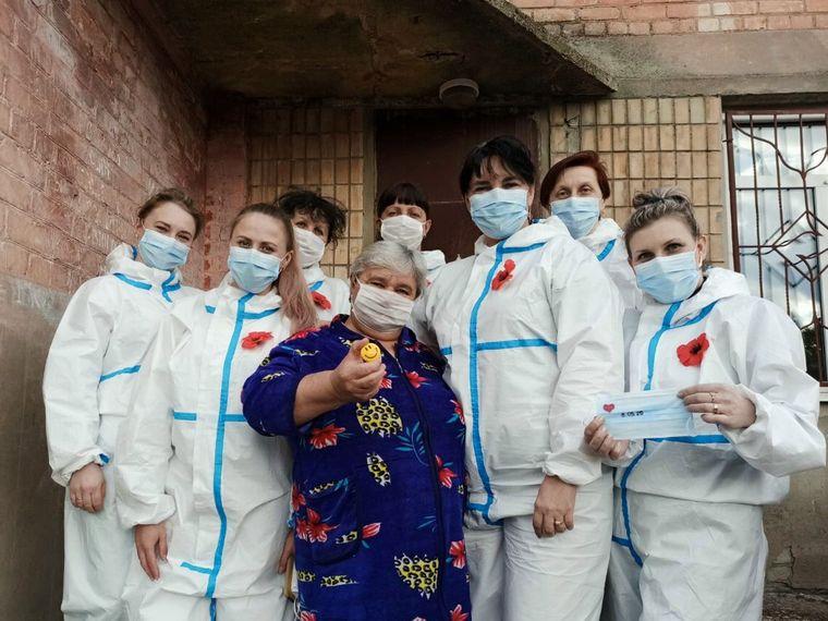 Медики інфекційного відділення Рубіжанської лікарні із вдячною пацієнткою