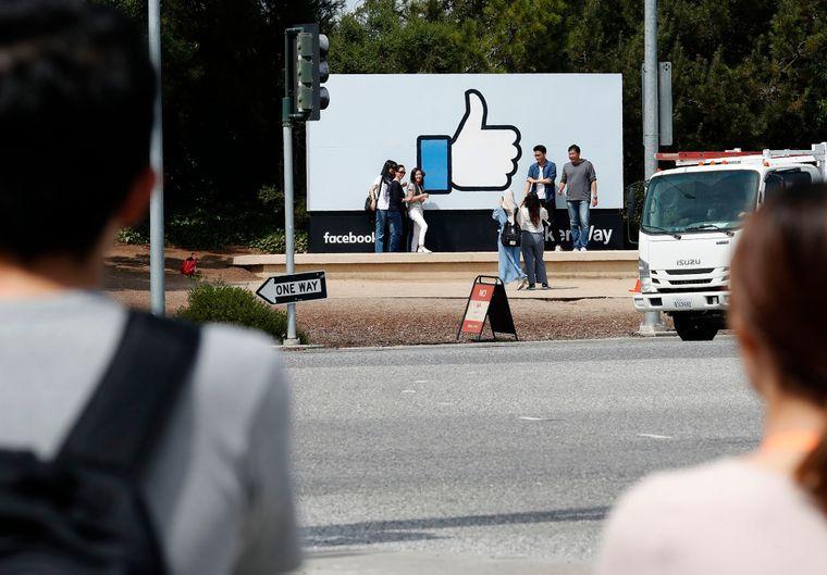 Некоторые компании, которые имели миллионы подписчиков в «Вконтакте», потеряли эту аудиторию, потому что не смогли перевести их в Facebook и Instagram. На фото — туристы позируют перед одним из символов Facebook в штаб-квартире компании в Менло-парке, штат Калифорния, США, 1 июля 2019 года