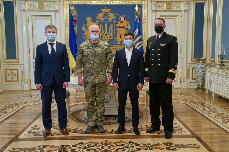 Новий командувач ВМС Олексій Неїжпапа (праворуч), Київ, 11 червня 2020 року