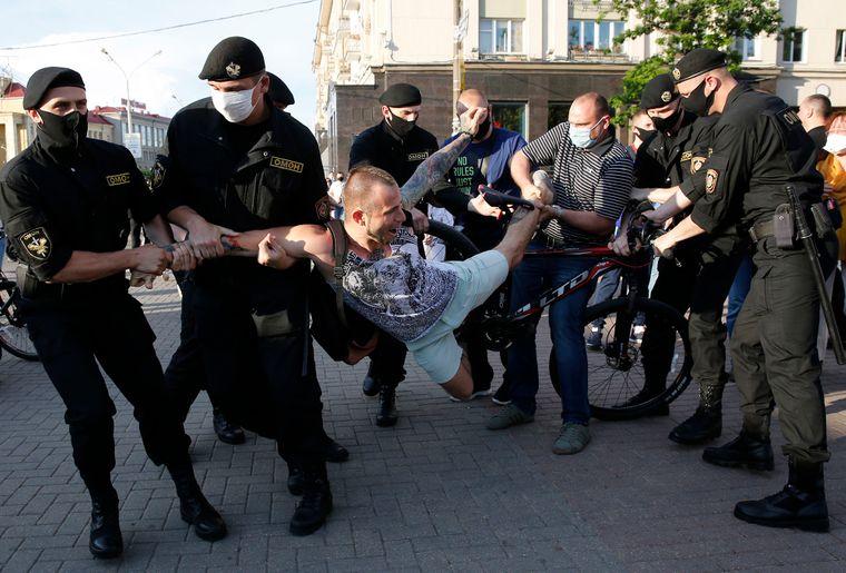 ОМОН жорстко затримує протестувальника під час акції протесту у Мінську, Білорусь, 19 червня 2020 року