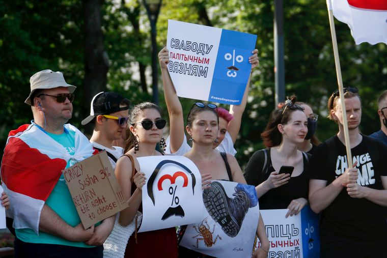 Акція на підтримку білоруської опозиції у Вільнюсі, Литва, 19 червня 2020 року. Учасники акції тримають плакати з популярним мемом про «Сашу 3%»