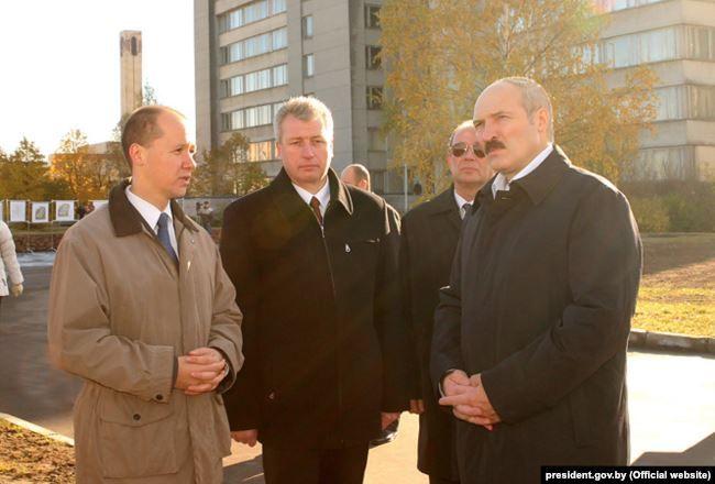 Валерий Цепкало и Александр Лукашенко осматривают строительную площадку Парка высоких технологий, 25 октября 2005 года. Фото: пресс-служба Президента Беларуси