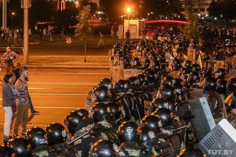 Правоохоронці зустрічають мітингувальників у Мінську, які вийшли на акції протесту після оголошення попередніх результатів президентських виборів