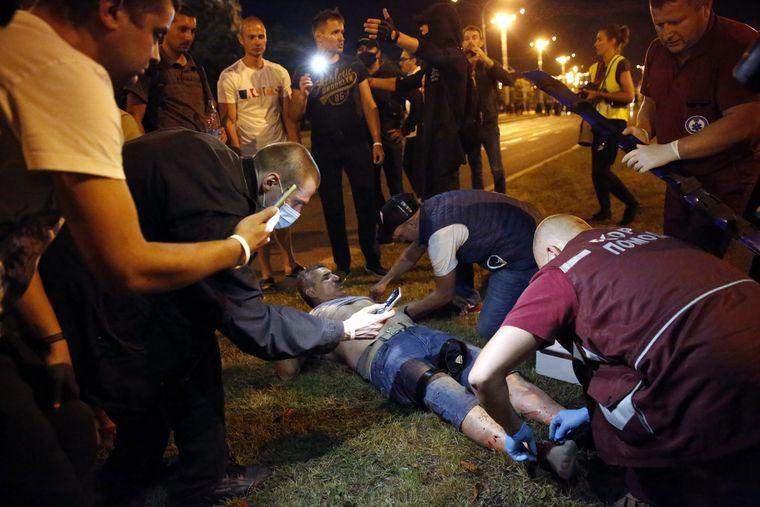 Лікарі швидкої допомоги надають першу допомогу постраждалому протестувальнику під час сутичок із правоохоронцями в Мінську