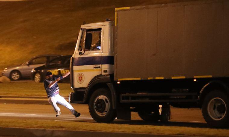 Вантажівка міліції збиває учасника акції протесту в Мінську