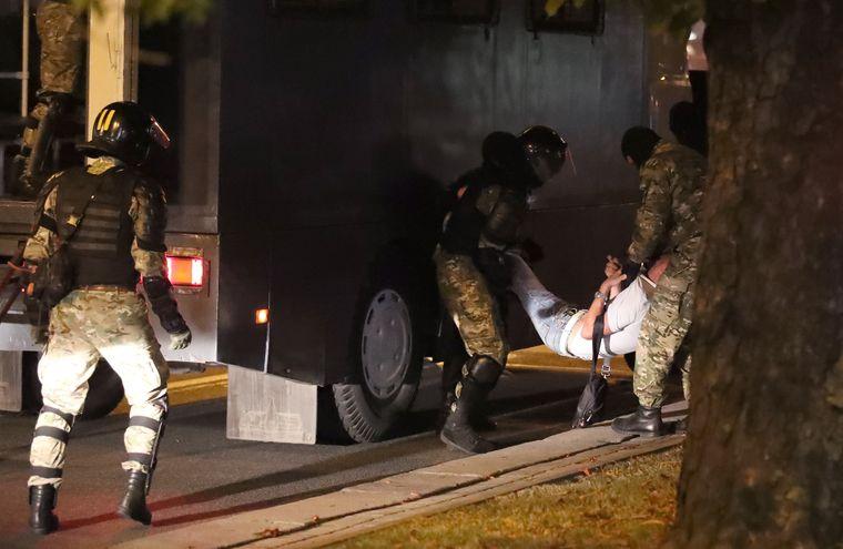 Правоохоронці затримують і забирають в автозак одного з учасників акції протесту в Мінську
