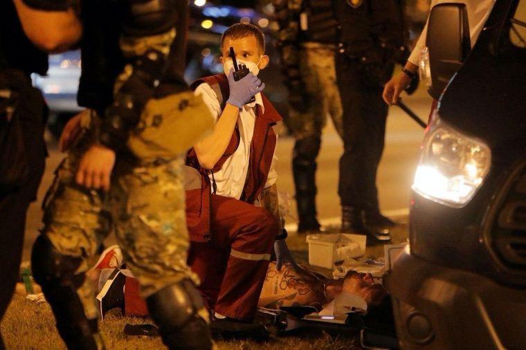 Лікар швидкої надає допомогу постраждалому учаснику акцій протесту в Мінську