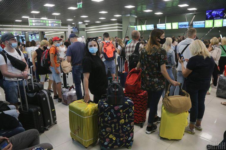Пассажиры в аэропорту «Киев», 26 июня 2020 года