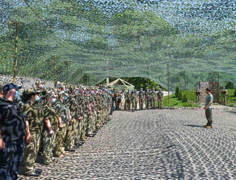 Президент України Володимир Зеленський спілкується з українськими військовими під час робочої поїздки до Донецької та Луганської областей.