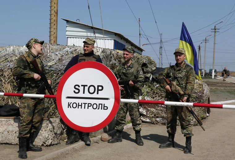 Українські військові стоять на блокпосту в Донецькій області, Україна.