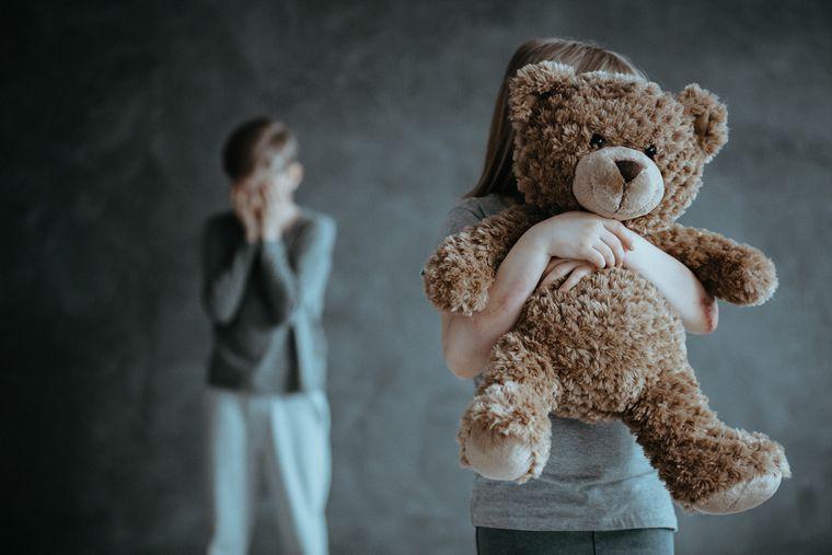 Ребенок держит в руках плюшевого мишку