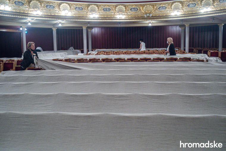 Працівниці Львівської національної опери накривають сидіння тканиною відразу після завершення балетного гала-концерту.
