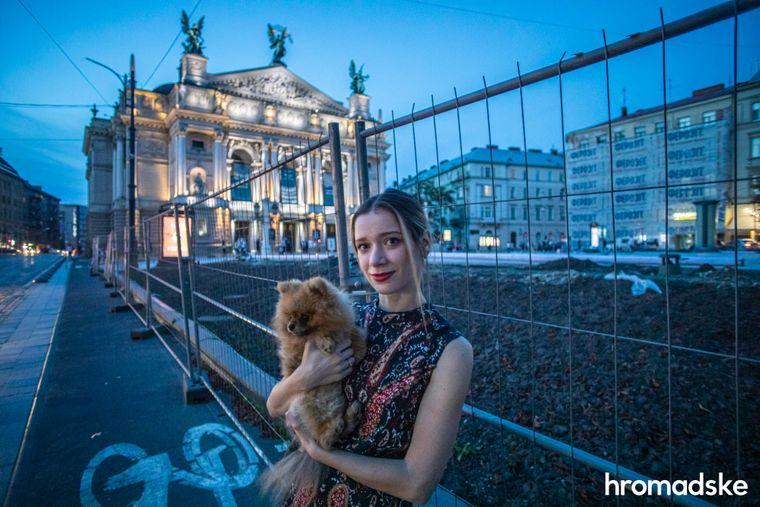Роксоляна Іскра позує на фоні Львівської національної опери після своєї першої вистави після одужання від коронавірусної інфекції.