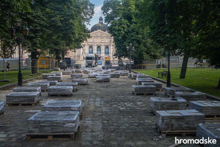 Вид на проспект Свободи і Львівську національну оперу, площа перед якою тимчасово закрита на ремонт