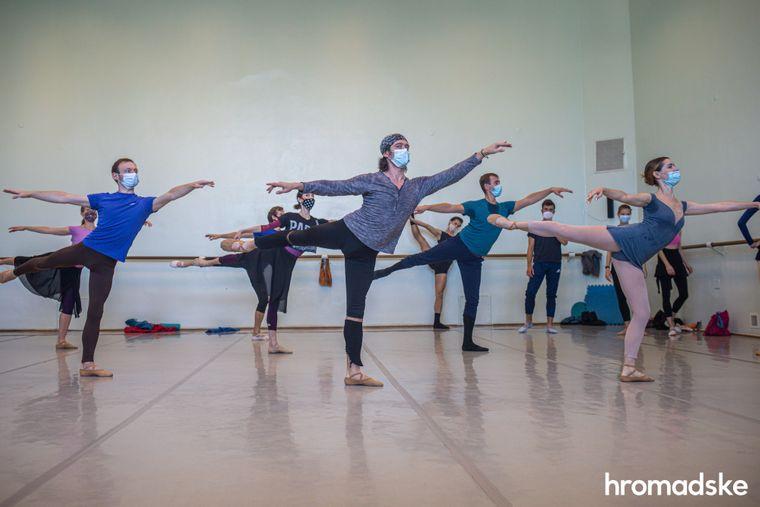 Кожн ранок артиста балету починається з уроку танцю в спеціальній залі.