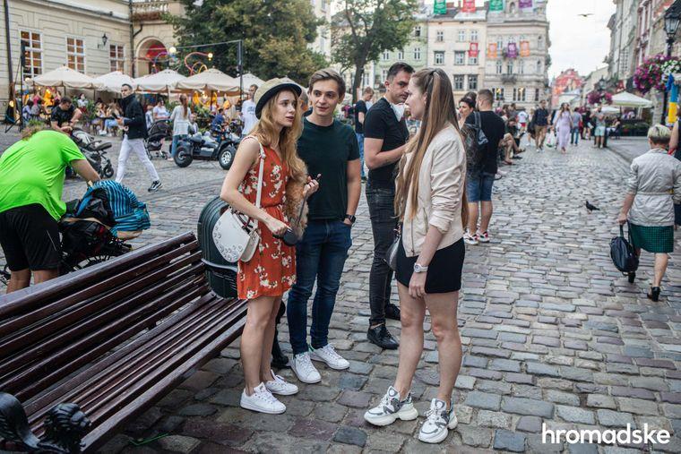 Роксоляна та її чоловік Максим зустрілися з друзями у Львові на Площі Ринок.