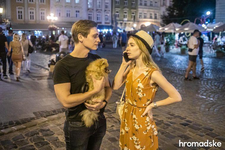 Роксоляна та її чоловік Максим розмовляють із друзями по телефону, гуляючи по Площі Ринок у Львові.
