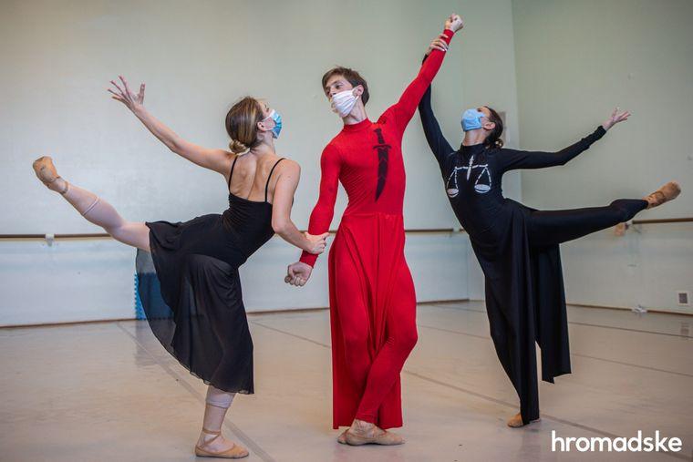 Роксоляна Іскра (ліворуч) разом із іншими артистами балету Арсеном Марусенком (у центрі) та Інною Ключник (праворуч) репетирують конкурсний танець