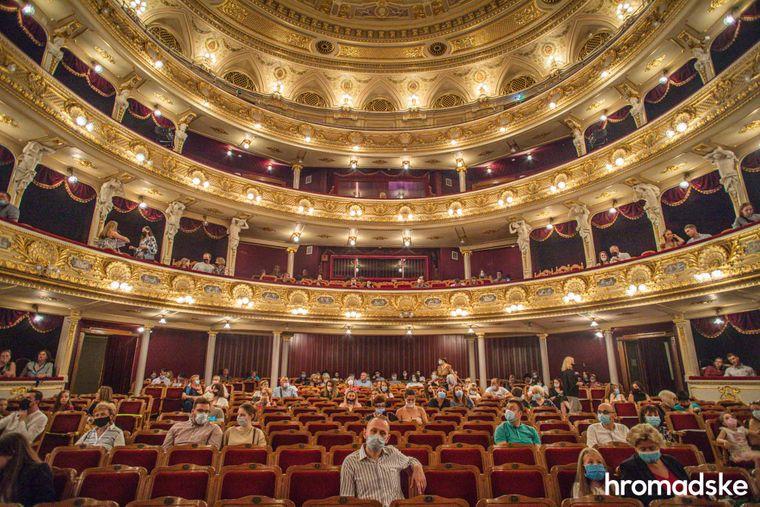 Глядачі в залі Львівської національної опери перед початком балетної вистави.