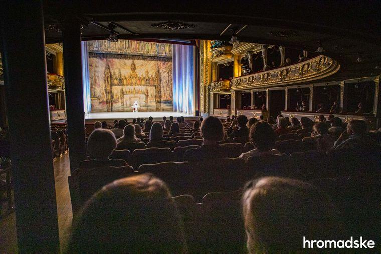 Глядачі, розсаджені в шаховому порядку, дивляться балетний концерт.