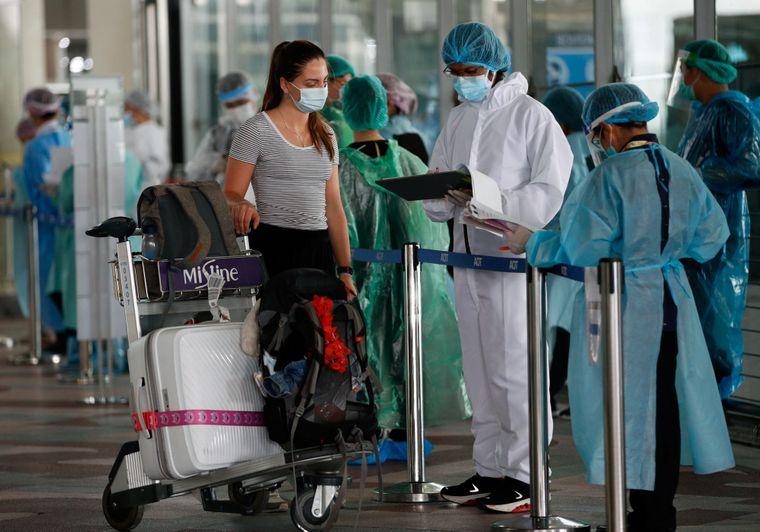 Перевіряння іноземки на коронавірус і підготовка її до 14-денного карантину в аеропорту Бангкока, Таїланд, 1 жовтня 2020 року