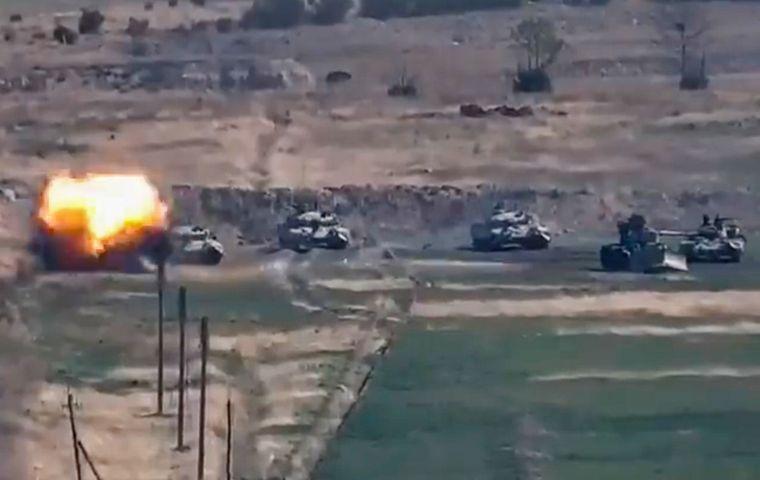 Фото, сделанное из раздаточного видео, доступного Министерству обороны Республики Армения; оно свидетельствует о поражении азербайджанской бронетехники в Нагорно-Карабахской Республике, на границе Армении и Азербайджана, 27 сентября 2020 года