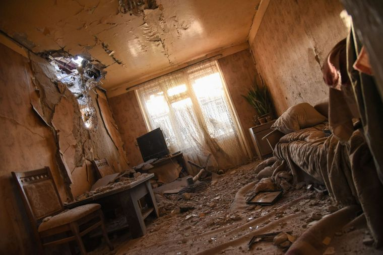 На раздаточном материале, предоставленном Министерством иностранных дел Армении, зафиксированы разрушения после боев в Степанакерте в Нагорном Карабахе, 3 октября 2020 года