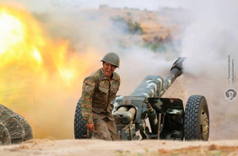 Армянский артиллерист стреляет из пушки в сторону позиций азербайджанской армии во время столкновения из-за самопровозглашенной Нагорно-Карабахской Республики