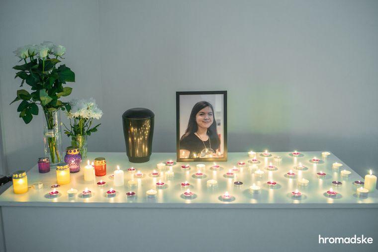 Стіл, на якому стоїть урна із прахом Інни Волкової, портрет дівчини, квіти і свічки, запалені друзями, Київ, 23 жовтня 2020 року.