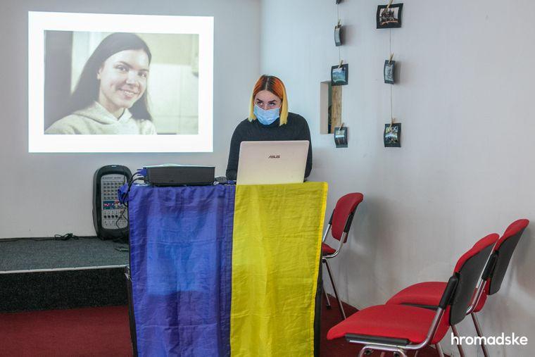 Подруга Інни Ольга Антонова активовує слайд-шоу із фотографіями Інни для показу через проєктор, Київ, 23 жовтня 2020 року.
